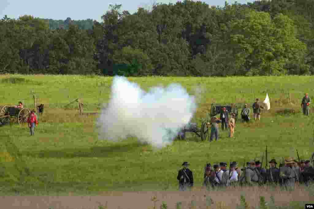 Артиллерия южан начала обстрел. На линию огня выдвигается пехота