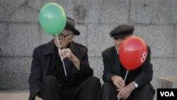 Para pendukung calon presiden dari partai sosialis Ivaylo Kalfin menggenggam balon dengan nomor kandidat pilihannya di Sofia (20/10). Kalfin diperkirakan akan memenangkan pilpres Bulgaria menggantikan presiden Georgy Parvanov.