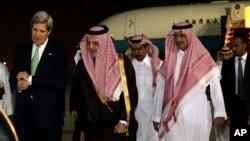 Ngoại trưởng Mỹ John Kerry (trái) nói chuyện với Ngoại trưởng Ả-rập Xê-út Saud al-Faisal khi ông đến thủ đô Riyadh, 3, 2013.