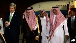 美國國務卿克里3月3日抵達沙特首都利雅得時﹐與沙特外交大臣沙特.費薩爾王子一起步離機場。