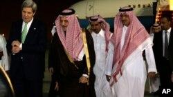 ທ່ານ John Kerry ລັດຖະມົນຕີກະຊວງການຕ່າງປະເທດສະ ຫະລັດ ຍ່າງໄປ ກັບເຈົ້າຊາຍ Saud al-Faisal ລັດຖະມົນຕີການຕ່າງປະເທດຂອງຊາອຸດີ ອາເຣເບຍ ໃນຂະນະທີ່ໄປເຖິງ ນະຄອນຫລວງ Riyadh, ວັນທີ 3 ມີນາ 2013.