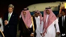 Američki državni sekretar Džon Keri sa saudijskim ministrom inostranih poslova, princom Saudom al-Faisalom, tokom dočeka na aerodromu u Rijadu.