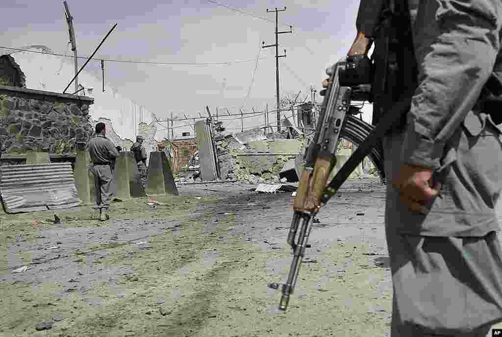 Un policía afgano monta guardia en el lugar del ataque terrorista ocurrido en Kabul. (AP Photo/Ahmad Jamshid)