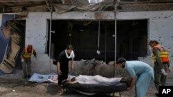 巴基斯坦救援人員正在救援傷者
