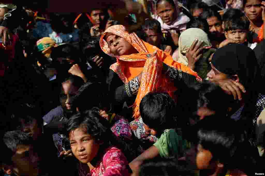 پناهجویان روهینگیایی در انتظار دریافت غذا که در اردوگاه پناهندگان در بنگلادش توزیع می شود.