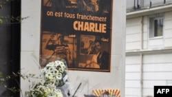 Flores à porta do Charlie Hebdo em homenagem às vítimas do ataque a 7 de Janeiro