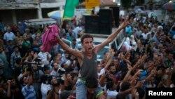 Gazze kentinde ateşkesi kutlayan Filistinliler