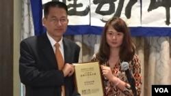 高智晟女兒耿格代父領獎,頒獎者為北京之春發行人於大海(美國之音方冰拍攝)