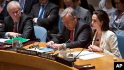 Aktris dan utusan khusus UNHCR, Angelina Jolie, berbicara di sidang Dewan Keamanan PBB mengenai krisis pengungsi Suriah, 24 April 2015. (AP/Bebeto Matthews)