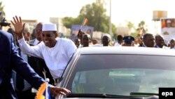 Le président tchadien Idriss Deby se penche de sa voiture pour saluer la foule après son arrivée à Khartoum, Soudan, 08 mars 2016. Deby a été proclame vainqueur au premier tour de l'élection présidentielle du 10 mars 2016 au Tchad avec plus de 69%. epa/ M