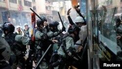 Cảnh sát chống bạo động xông vào đám đông tham gia cuộc biểu tình chống chính phủ tại khu vực Wanchai của Hong Kong, hôm 1/10/ 2019,