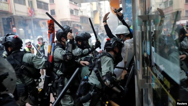 香港防暴警察在湾仔一带与反送中抗议者发生冲突。(2019年10月1日)