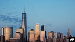 Gedung One World Trade Center menjulang tinggi di Manhattan.