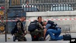 La police francaise verifie un colis suspect devant le Palais de Justice de Paris en France, 16 novembre 2015. (AP Photo/Francois Mori)
