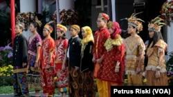 Anak-anak berpakaian adat dari berbagai daerah menggambarkan pentingnya Pancasila sebagai pemersatu, Surabaya, 1 Juni 2019. (Foto: Petrus Riski-VOA)