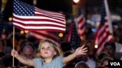 Ell 12 de septiembre de 2001, Alana Milawski, quien tenía 4 años, participó en una vigilia tras los ataques, elevada sobre los hombros de su padre.