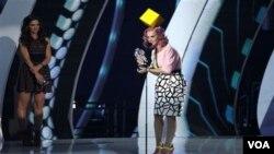 """Katy Perry aceptó el premio por mejor video musical por su canción """"Firework""""."""