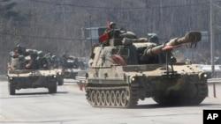 Korea Selatan melakukan latihan militer di Pocheon, Korea Selatan, dekat perbatasan Korut untuk mengantisipasi kemungkinan serangan oleh Korea Utara (foto: 27/3).
