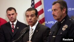 El alcalde de Los Angeles Antonio Villaraigosa (centro) y el jefe de la policía de esa ciudad Charlie Beck (derecha) anuncian la recompensa.