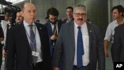 Phó Ngoại trưởng Uruguay, Ariel Bergamino (phải) rời khỏi cuộc họp của OAS tại Medellin, Colombia, ngày 27/6/19.