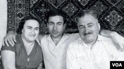 სოხუმში მშობლებთან: ქსენია ქარჩავასთან და ლავრენტი სოტკილავასთან ერთად