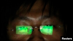 资料照:一名在台北一间办公室里工作的黑客 (2013年7月10日)