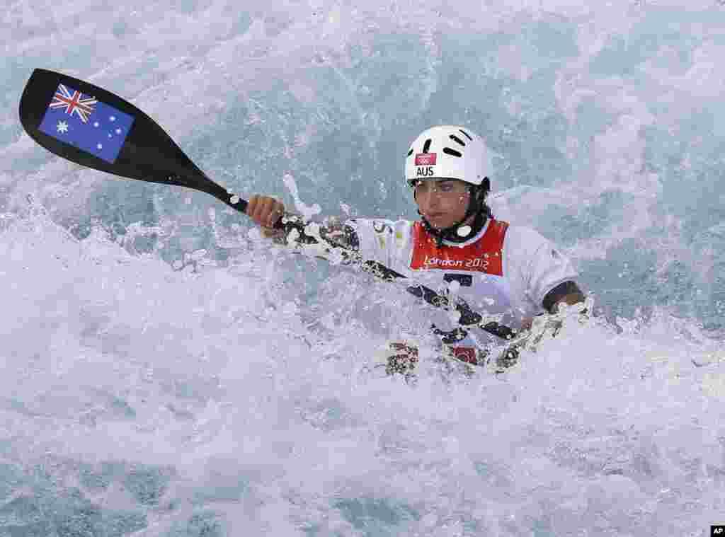 Jessica Fox, de Austriala, participa en la competencia de kayak slalom.