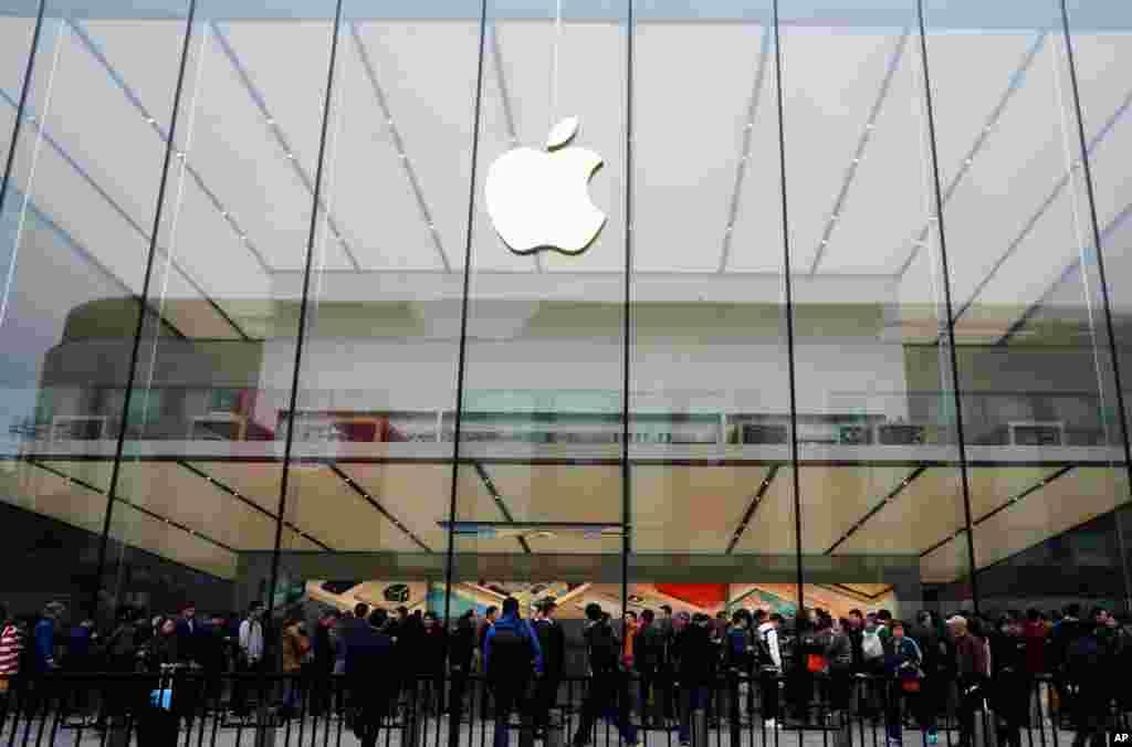 """人们在杭州的苹果店里排队(2016年3月31日)。2018年8月20日苹果公司证实,按照中国的规定,已将赌博应用程序在其中国应用商店(APP STORE)下架。彭博新闻社报道,苹果公司总共下架25000个应用程序,其中至少有4000个赌博应用。苹果表示:""""赌博APP非法,不允许出现在中国的苹果应用商店中。我们已经下架了很多程序和试图在我们的苹果商店中散布非法赌博的开发商,我们努力保持警惕,找到这些应用程序,阻止他们出现在我们的苹果商店中""""。"""