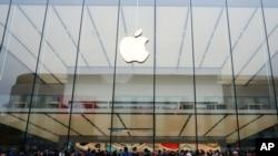 人们在杭州的苹果店里排队(2016年3月31日)