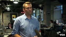FILE - Russian opposition blogger Alexei Navalny, pictured during a VOA interview in Moscow in May 2015, had urged six activists to end their hunger strike and focus on organizing a protest on September 13, the day of local elections in Russia.