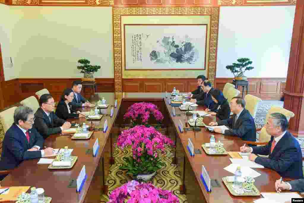 中国国务委员杨洁篪等人在北京钓鱼台国宾馆同到访的韩国国家安保室长郑义溶(左二)和韩国驻华大使卢英敏会谈(2018年3月12日)。