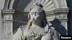 مجسمه ملکه ویکتوریا در لندن که فعالان صلح سبز به صورتش ماسک زده اند - ۳۰ فروردین ۱۳۹۵