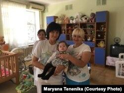 Елсі з працівницями одеського дитбудинку
