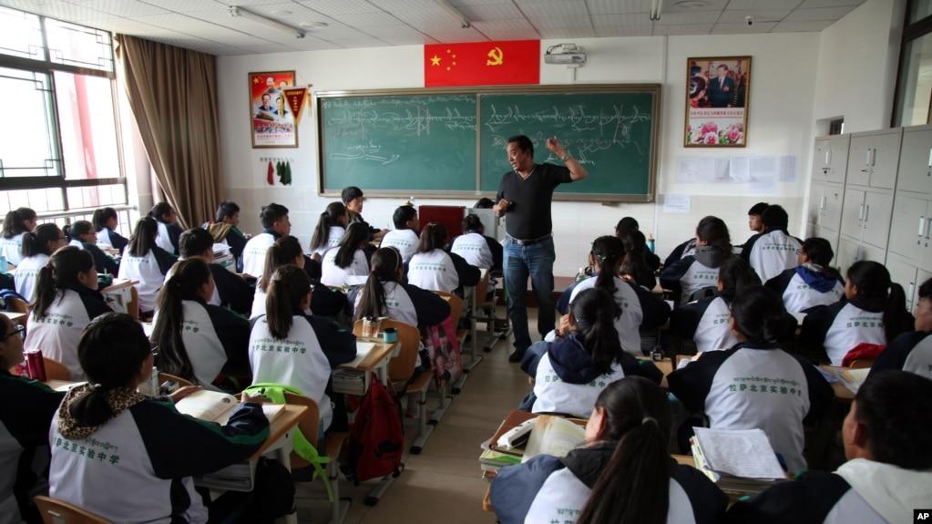 资料照:位于拉萨的拉萨北京实验中学的学生在上藏语教学的课程。(2015年9月18日)(photo:VOA)