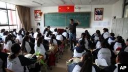 位於拉薩的拉薩北京實驗中學的學生在上藏語教學的課程。(2015年9月18日)