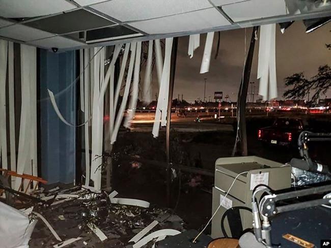 En esta foto proporcionada por Lew Morris, se ven daños causados a la estación de radio KNON-FM por el tornado que afectó Dallas, Texas, el domingo, 20 de octubre, de 2019.