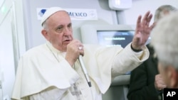 Paus Fransiskus berbicara pada wartawan di pesawat dalam perjalanan pulang ke Roma, Italia, dari Ciudad Juarez, Meksiko, 17 Februari 2016.