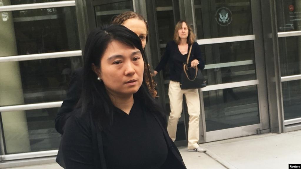 Cựu nhân viên hàng không Air China Ying Lin rời Tòa án Liên bang Mỹ ở Booklyn, New York, hôm 6/9/2016. Bà Lin thú nhận đã 'làm việc' cho quân đội Trung Quốc khi còn là nhân viên của một hãng hàng không của Trung Quốc ở hai sân bay phục vụ New York.