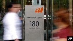 Khách bộ hành đi ngang qua đại công ty khai thác khoáng sản BHP Billiton ở Melbourne, Australia