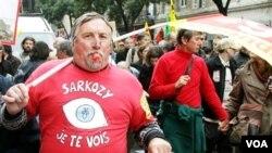 Presiden Prancis Sarkozy perintahkan polisi untuk hentikan demonstran yang memblokade pompa bensin.