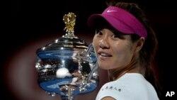Li Na dari China saat memenangkan kejuaraan Australia Terbuka Januari 2014. (AP/Andrew Brownbill)