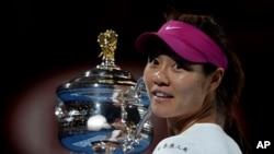 ນາງ Li Na ຈາກຈີນ ຖືຂັນແຊມປ້ຽນ ຫຼັງຈາກເອົາຊະນະ ນາງ Dominika Cibulkova ຈາກ Slovakia ໃນການແຂ່ງຂັນເທັນນິສ ຮອບຊິງຊະນະເລີດ Australian Open ປະເພດຍິງດ່ຽວ ຢູ່ທີ່ນະຄອນ Melbourne, Australia.
