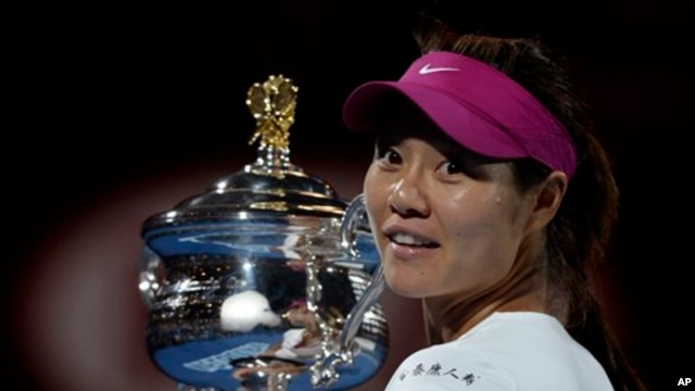Li Na of China holds the championship trophy at the Australian Open tennis championship.(AP Photo/Andrew Brownbill)