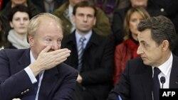 Fransa Cumhurbaşkanı Nicolas Sarkozy (sağda) Göçmenlik Bakanı Brice Hortefeux'la konuşurken