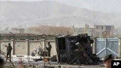 Leşkerên Amerîkî di cîhê êrîşa xwekuj de nobedarîyê dikin. Kabul, Afganîstan, Cotmeh 29, 2011.