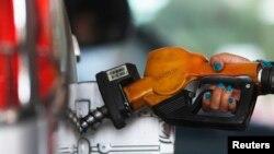 Petugas mengisi bensin di SPBU Pertamina, Jakarta.