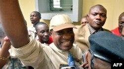 Le chanteur Koffi Olomidé quitte le tribunal, le 16 août 2012.