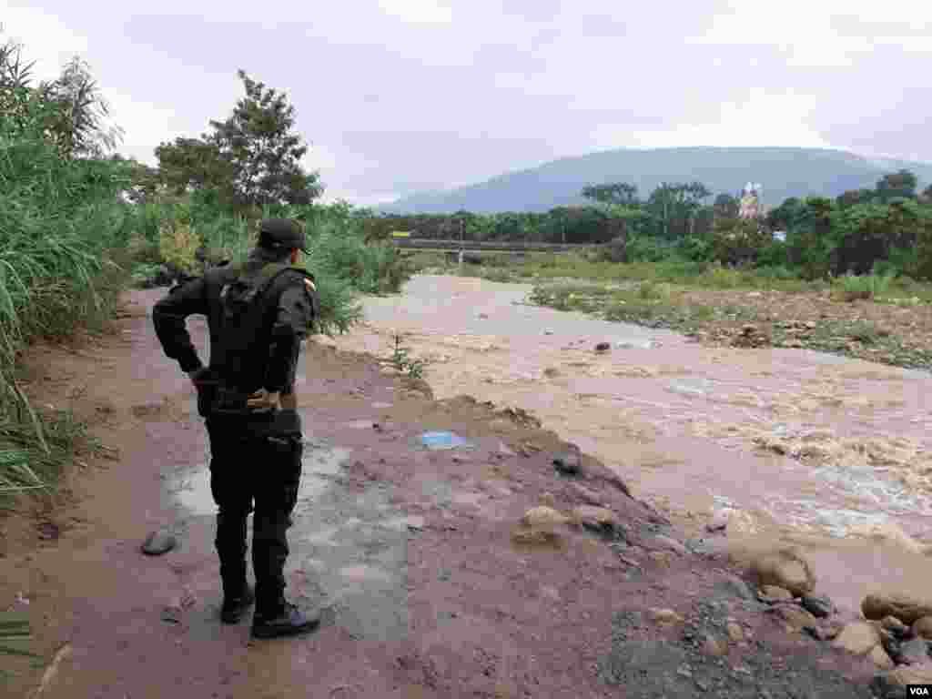 Imagen posterior al cierre de la frontera colombo-venezolana. En la fotografía, integrante de las fuerzas de seguridad de Colombia vigila un sendero fronterizo.