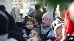 Esad rejimine bağlı tankların saldırısından kaçan Suriyeli mülteciler