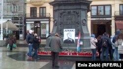 Svijeće i plakat sa likom Praljka na trgu su stajale desetak dana